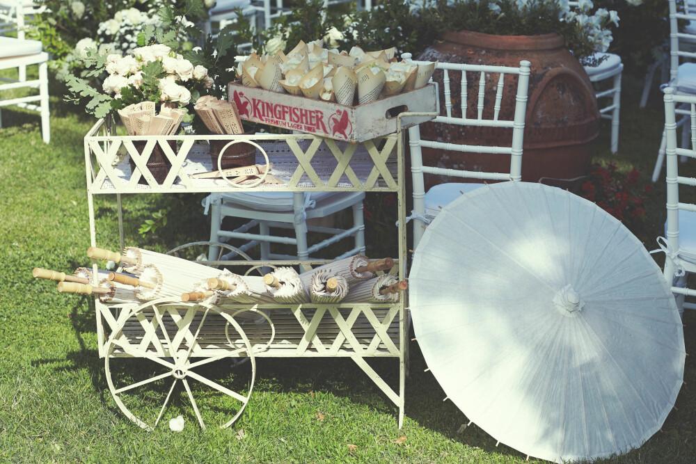 ALT LIGGER I DE SMÅ DETALJENE: Brudeparet hadde sørget for både vifter og parasoller til gjestene, samt roseblader til utgangsseremonien.