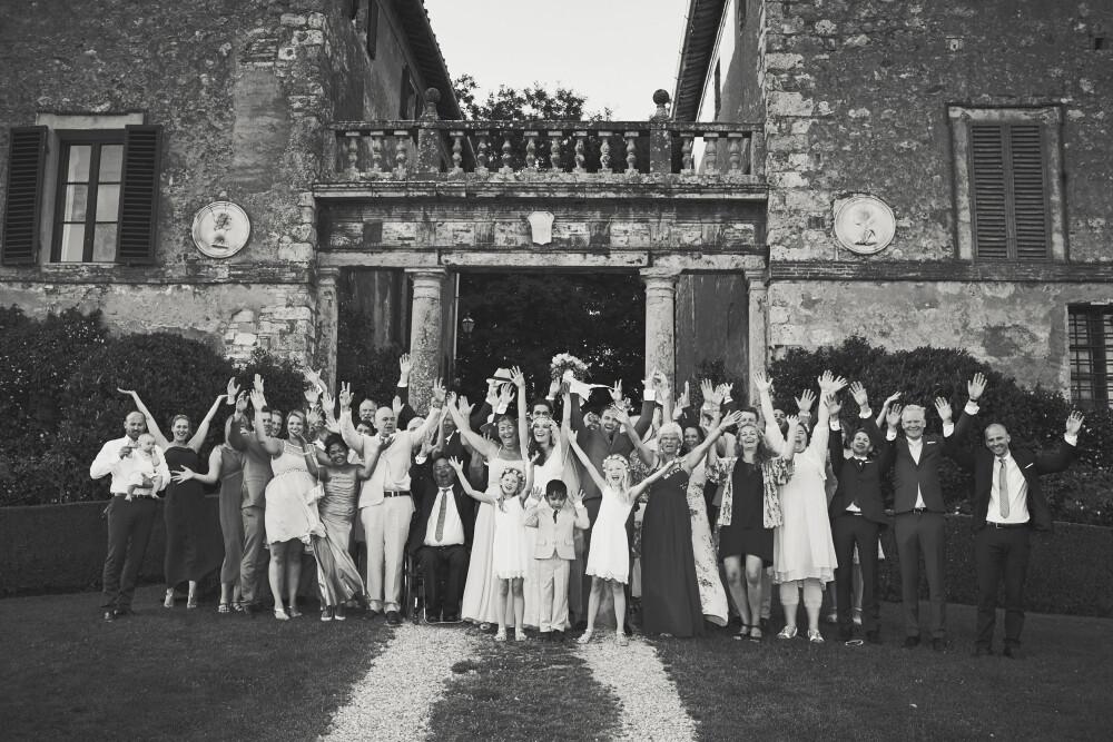GRUPPEBILDE: Etter seremonien ble det tatt et gruppebilde med brudepar, forlovere, familie og venner.