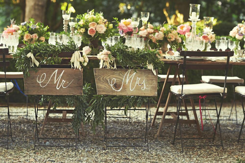 VAKKERT BORD: Endelig Mr. og Mrs. i en overflod av vakre blomster.
