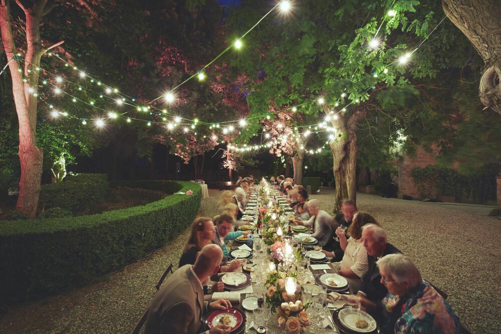 LANGBORD: Middagen ble holdt på et langbord i bakgården under måneskinn og stringlys.
