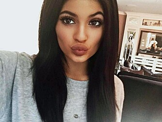 STORE LEPPER: Kylie Jenner sine lepper har vært årets store snakkis, men sjansen er stor for at 17-åringens daglige tunge sminkebruk er skadelig.