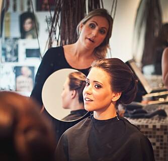 HOS FRISØREN: Inger Therese Auestad hos Forandring Frisør stod for brudens makeup og hår.