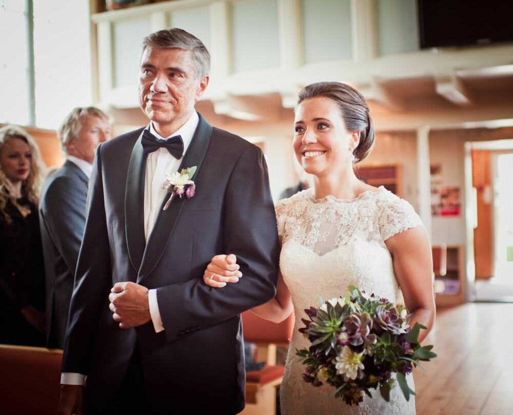 VIELSEN: Å gå opp kirkegulvet til nydelig inngangsmarsj var en sterk opplevelse for både brud og brudens far.