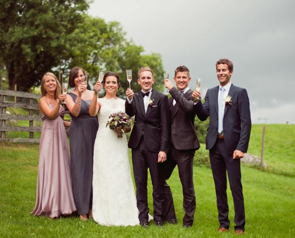 MED FORLOVERE: Brudeparet hadde to forlovere hver, noe både brudeparet og forlovere satte pris på.