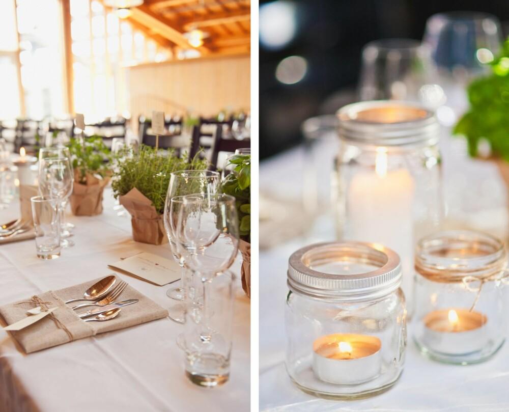 DETALJER: Bruden sydde selv linserviettene, og istedenfor blomster ble det brukt urter med gråpapir og hyssing rundt som bordpynt. Norgesglass med lys ble brukt i borddekkingen for å skape en rustikk og varm stemning.