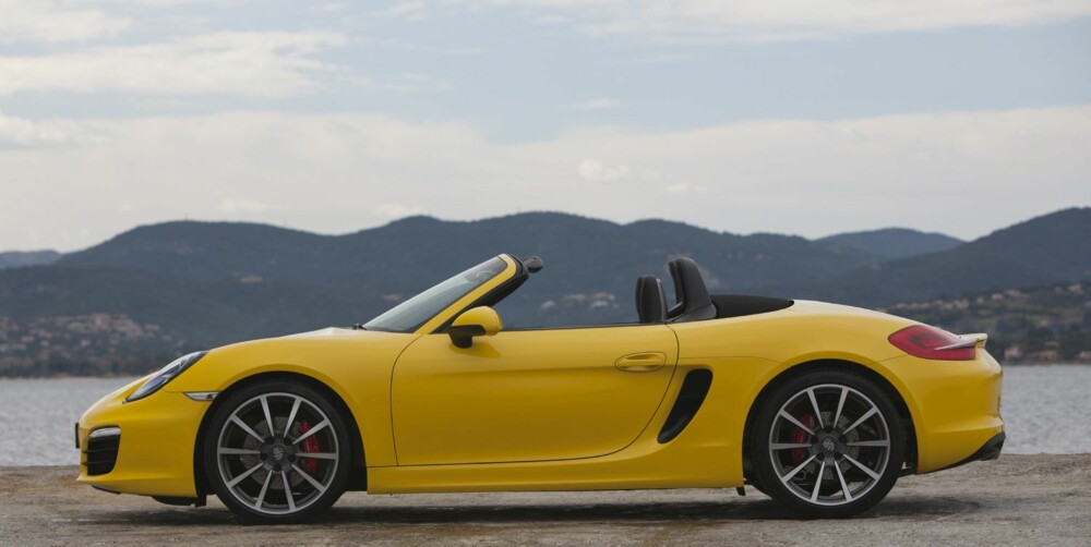 VINNERKANDIDAT: Porsche Boxster er med i hovedklassen og i Performance-klassen i World Car of the Year. FOTO: Porsche