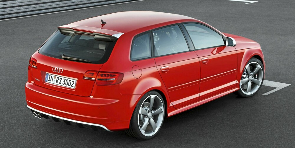 DISKRET: Bakfra er det lite som sladrer om effekten, med mindre du er Audi-entusiast. Da ser du de ovale eksosutblåsene, de brede skjermen og takspoileren med en gang.