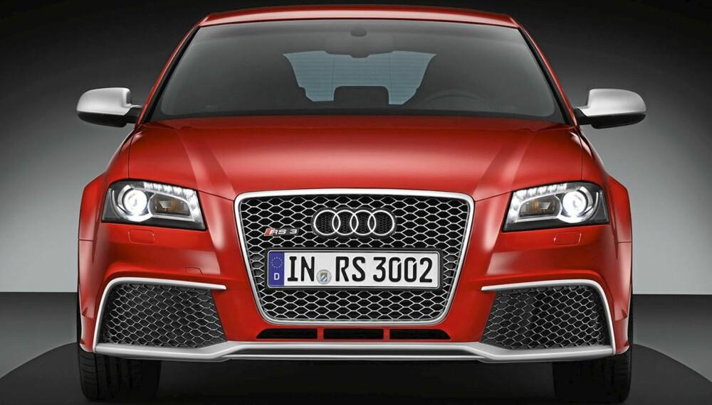 NÅ KOMMER JEG OG TAR DEG: Det oser muskler av fronten til Audi RS3. Og kreftene følger opp: 340 hester og 450 Nm!