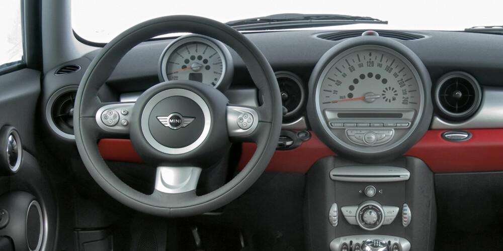 FLYTTET: På de tidligere Mini-ene fra BMW AG har speedometeret vært plassert i det digre senterplasserte instrumentet. FOTO: BMW