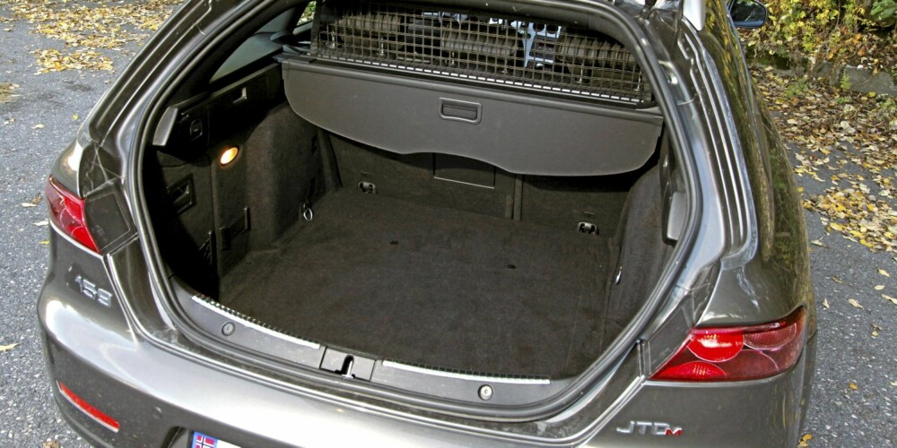 Selv om bagasjeplassen ikke er av de største, har Alfa Romeo 159 SportWagon et dypt og lettlastet bagasjerom.