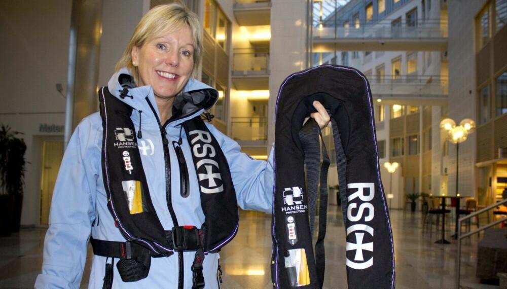 POPULÆRT: Mange av kundene i Redningsselskapets nettbutikk kjøper oppblåsbar vest, ifølge innkjøpssjef Line Andreassen. FOTO: Redningsselskapet