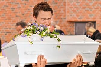 EN FAR I SORG: Lille Ferdinand ble født med Ohtahara syndrom og døde kort tid etter fødselen. Pappa Espen bar sønnens kiste i begravelsen.