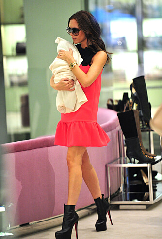 ALDRI UTEN: Småbarnsmor eller ikke, Victoria Beckham lar ikke stilettene støve ned av den grunn!