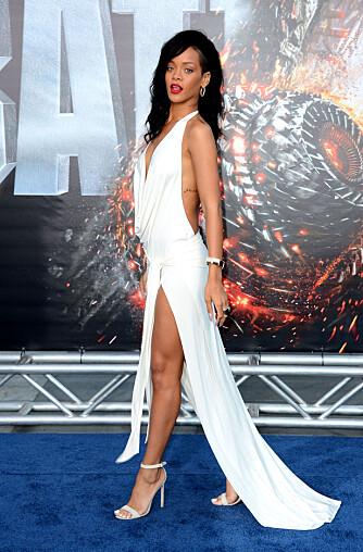 RAK RYGG: Brystet skal frem og skuldrene skal bak. Sjekk Rihannas gode holdning!