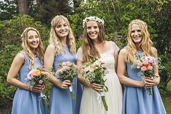 SELVLAGDE BUKETTER: Bruden og hennes tre forlovere lagde selv alle blomsterbuketter og dekorasjoner.