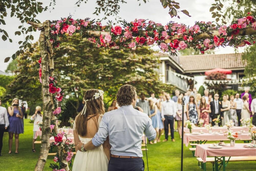 FÅ TALER: Brudeparet ønsket ikke mange taler i bryllupet, men holdt selv en rast velkomst- og takketale før maten ble satt frem.