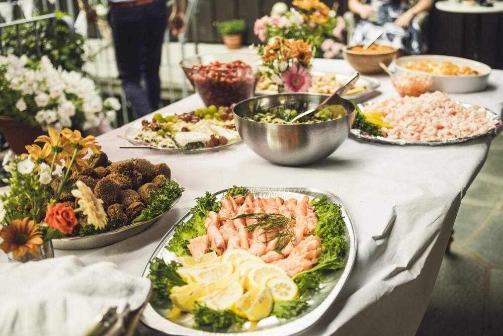 MIDDAGSBUFFET: Brudeparet valgte å ha buffet, med mye vegetarmat sjømat og salater.