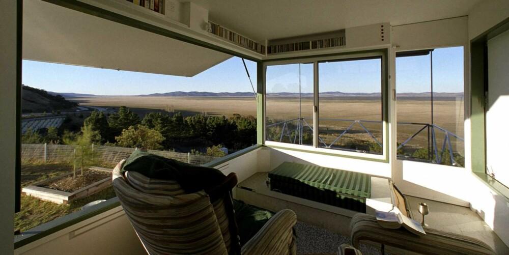 UTSIKT: Fra salongen er det formidabel utsikt. Bare det bakerste vinduet har vanlig glass - de andre har kun skjermer som kan heves/senkes. FOTO: Rob Gray