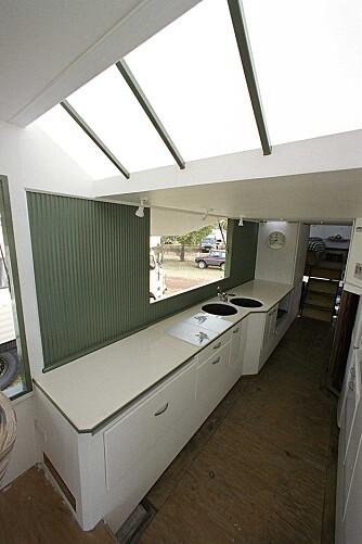 KJØKKEN: Her er litt av kjøkkenet. Under en plate i enden av benken er det tre bluss. Utsikten er det ingenting å si på. FOTO: Rob Gray