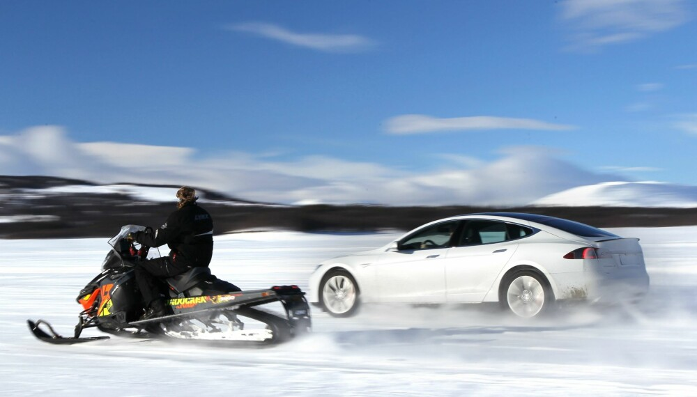KAPPKJØRING: Vi testet Model S mot en snøscooter på is.