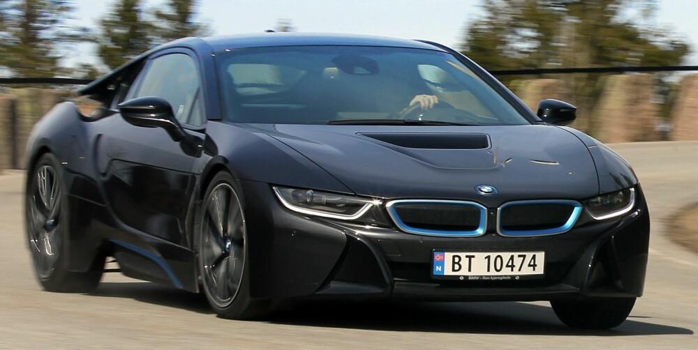 IKKE TRUET: Sportsbilene vil ikke dø, uansett hvor strenge utslippskravene blir. BMW i8 kombinerer krefter som om den hadde en V8-motor med muligheten til å kjøre kompaktbilgjerrig. FOTO: Petter Handeland