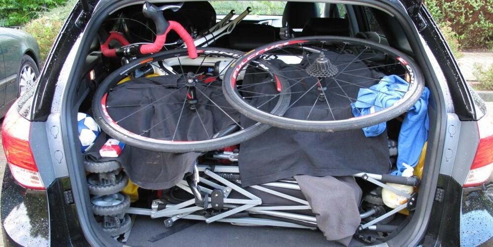 DET GIKK: Sannelig, det gikk! Vi fikk plass til all bagasjen (Bilen er en Hyundai i40). FOTO: Øyvind Jakobsen