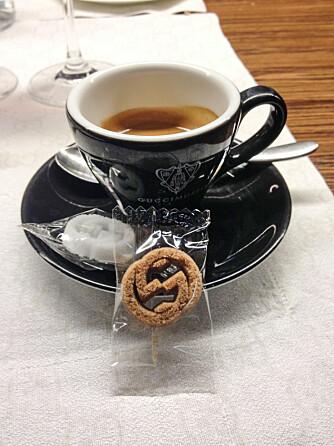 SØTT: Selv om du foretrekker svart kaffe, bør du bestille med sukker i kafeen på Guccimuseet. Sukkerbitene er nemlig formet som Gucci-logoen.