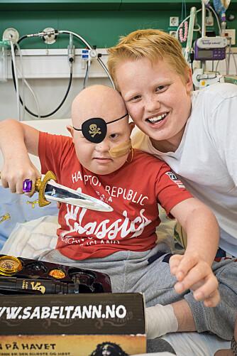 SELVESTE SABELTANN: – Tøffingen, sier en strålende blid Markus (13). Han vet å oppmuntre minstebror Martin (10) som gleder seg over Kaptein Sabeltann-utstyret.