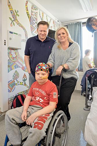 SÅRBAR: – En blir veldig sårbar i en slik situasjon som vi er i. Derfor betyr ethvert «heiarop» mye for oss, sier Monica og Håkon Steen som triller Martin i sykehuskorridorene.