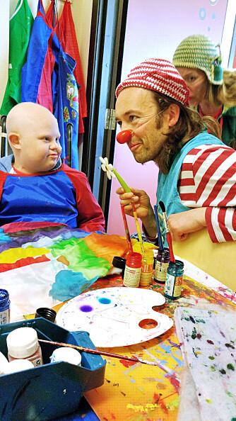 KLOVNER: – Martin elsker  sykehusklovnene! Alle barn innlagt på sykehus får besøk av de livsglade klovnene, som vet å trylle bort sykdom og smerte en gylden stund.