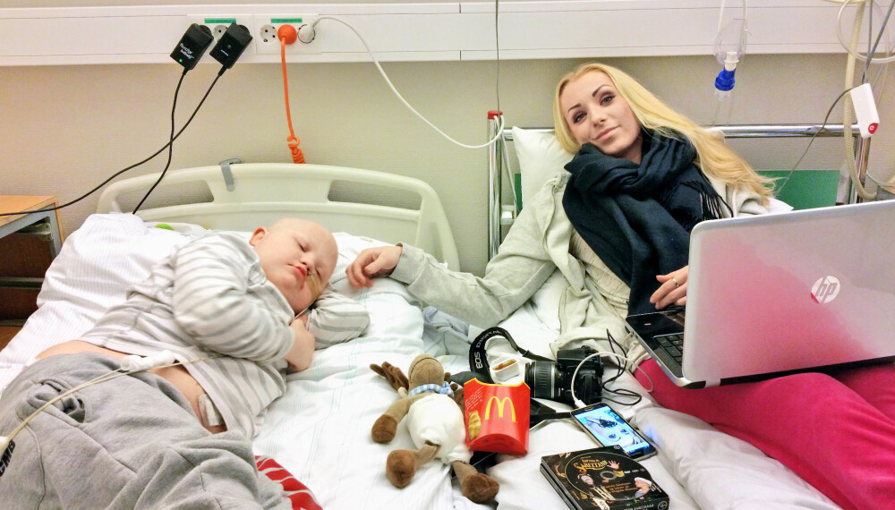 SØSKENKJÆRLIGHET: Lille Martin er så heldig å ha tre søsken som er der fullt og helt for ham. Her er det storesøster Susanne Hennum (21) som tilbringer natten på sykehuset sammen med Martin.