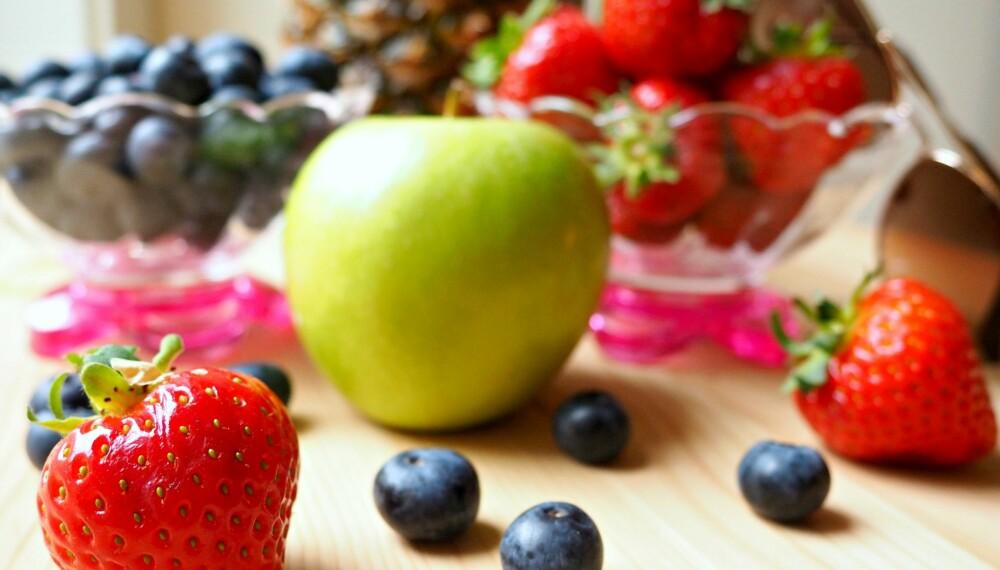 SNACKS: Fruktsukker inneholder like mange kalorier som vanlig sukker, men er det dermed sagt at at frukt og bær er et dårlig valg?