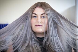 FARGET HÅRET GRÅTT: Vi ble med til frisøren da Mina Knudsen farget håret sitt grått.