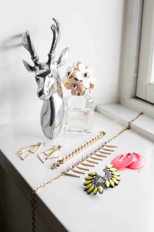 LEKRE DETALJER: En god grunn til å kjøpe fine smykker og øredobber er at de egner seg like godt til pynt i vinduskarmen som tilbehør til hverdags og fest.