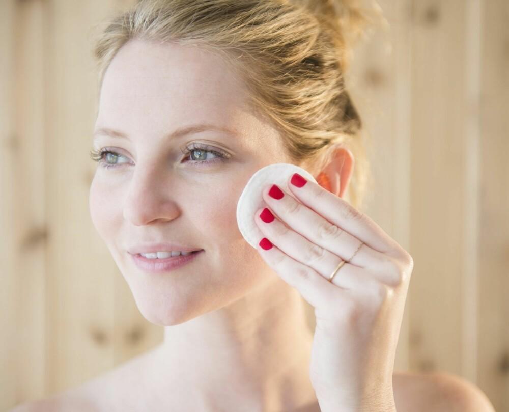 GÅ USMINKET: - Sminke kan virke som et fysisk solfilter, men når du soler deg, svetter og bader kan den fort forsvinne, sier makeupartist Sølvi Strifeldt.