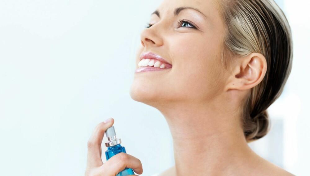 PRODUKTER I SOLEN: Parfyme er en av de tingene du ikke bør bruke når du oppholder deg i solen.
