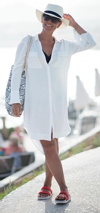JANKA POLLIANI: Moteblogger Janka Polliani er stor fan av skjortekjolen, og viser hvordan man enkelt kan style den i sommer.