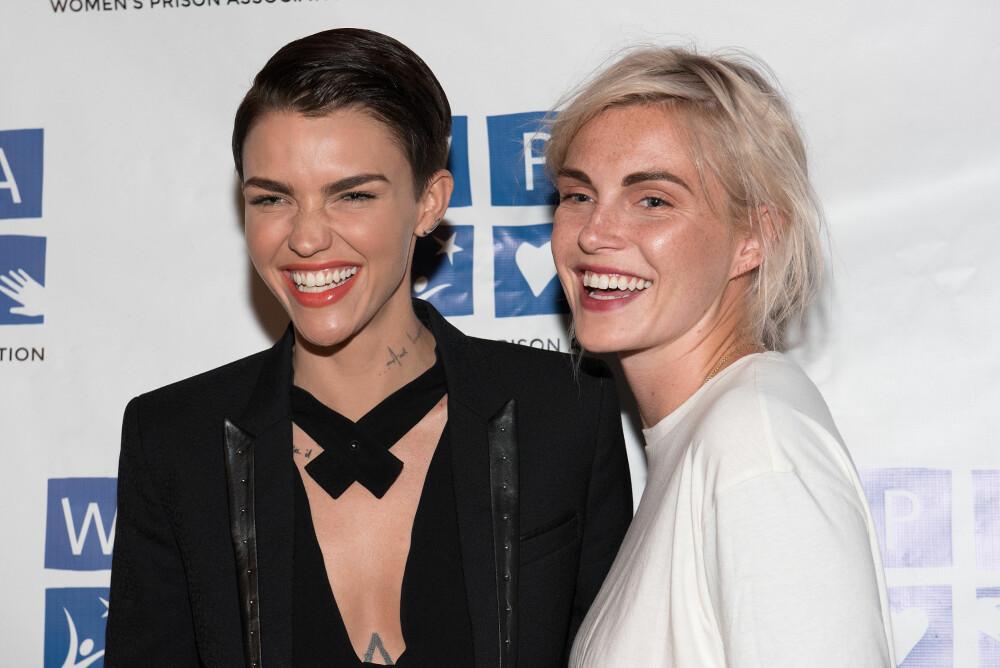 FORLOVET: Ruby Rose er forlovet med motedesigneren og stylisten, Phoebe Dahl.