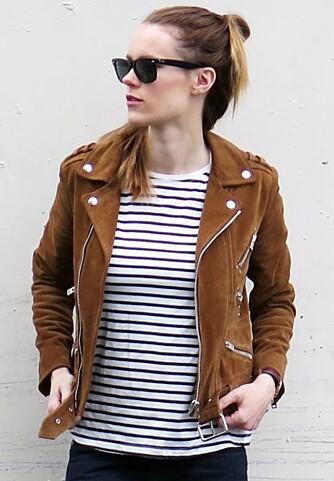 BIKERJAKKE: Denne brune bikerjakken i semsket skinn er et av plaggene moteblogger Sara Satrand tar med seg fra i sommer og inn i høstgarderoben.