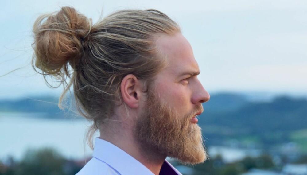 MAN BUN: - Det er meget mulig at folk som forstår seg på moter og trender stempler man bun som ut og gammeldags om ikke lenge, slik trender alltid forandrer seg. Men for meg er det fortsatt mye mer en praktisk greie fremfor en trend, sier Lasse Løkken Matberg, idrettsoffiser i Sjøforsvaret om hårtrenden man bun.