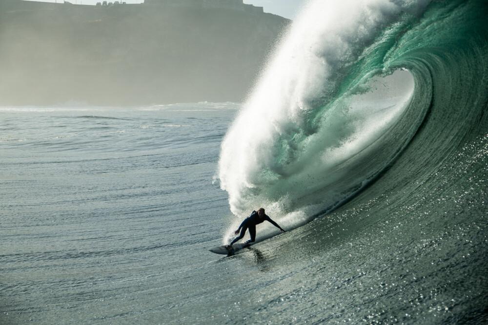 RÅ PÅ STORE BØLGER: GORE-TEX-instruktør Sebastian Steudtner er en av verdens beste surfere.