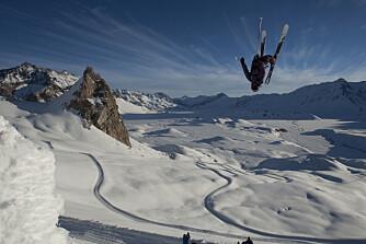 RIMELIG GOD PÅ SKI: Seb Michaud tar en salto på ski i Lofoten.