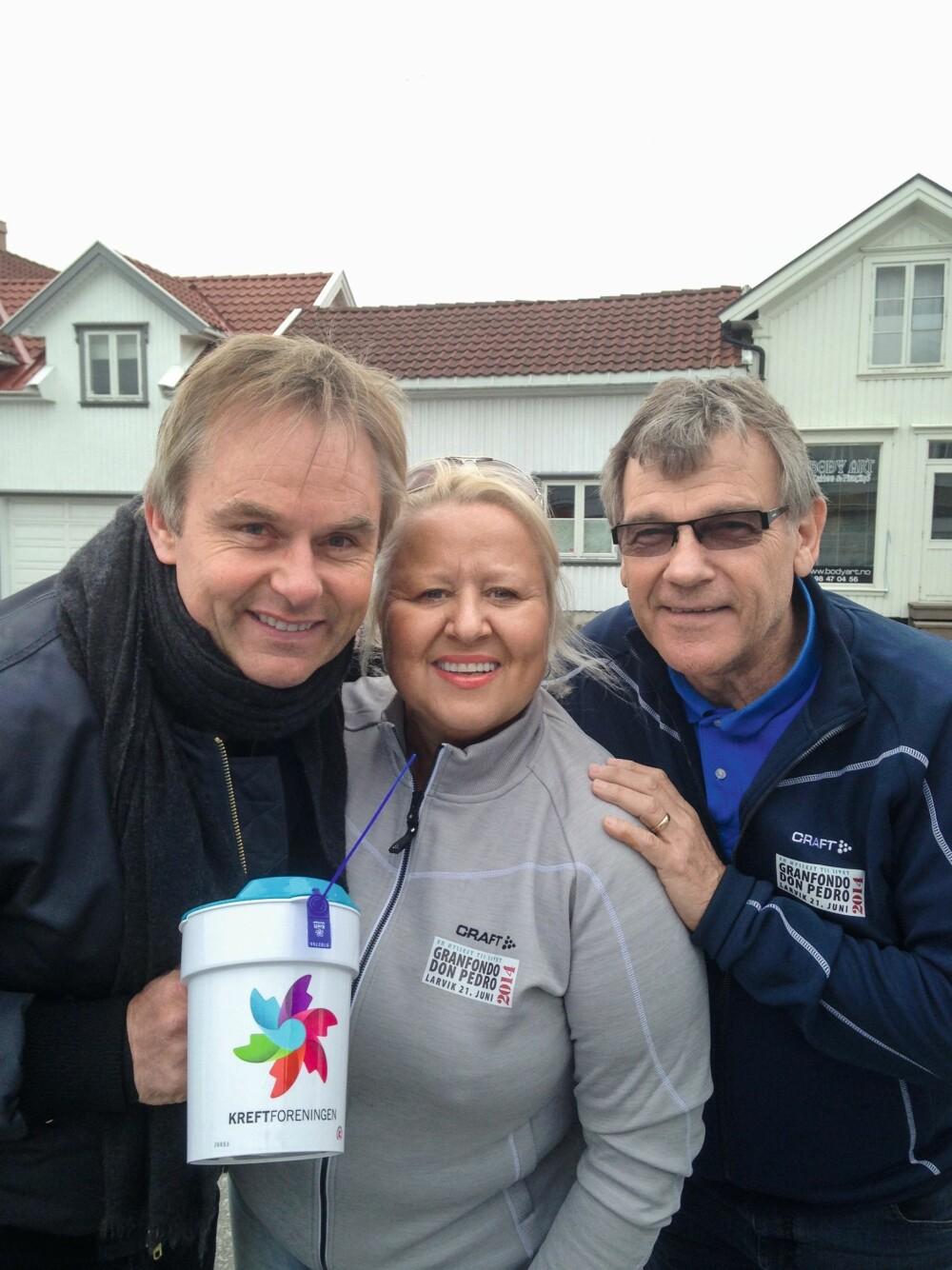 RØRENDE: Både Dag Erik og Kristin gråt etter fjorårets sykkelritt i Larvik. Her er de etter løpet sammen med den tidligere NRK-kommentatoren Ove Eriksen.