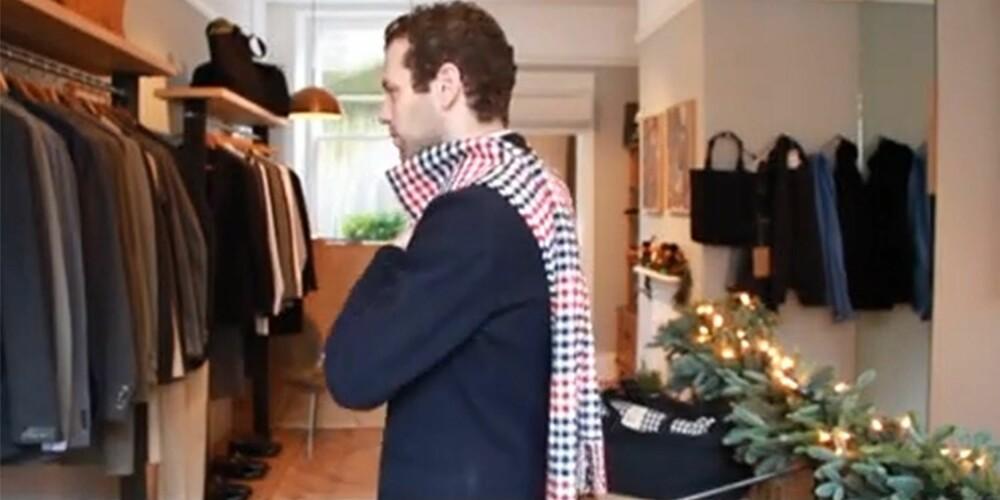 UNNGÅ DETTE: Ifølge Alexander Lewis i YouTube-videoen «How a Modern Man can Tie His Scarves», bør alle gutter unngå denne varianten - der skjerfet henger som en kappe bak på ryggen. - Etter min mening er dette en litt barnslig måte å bruke plagget på, sier Lewis.