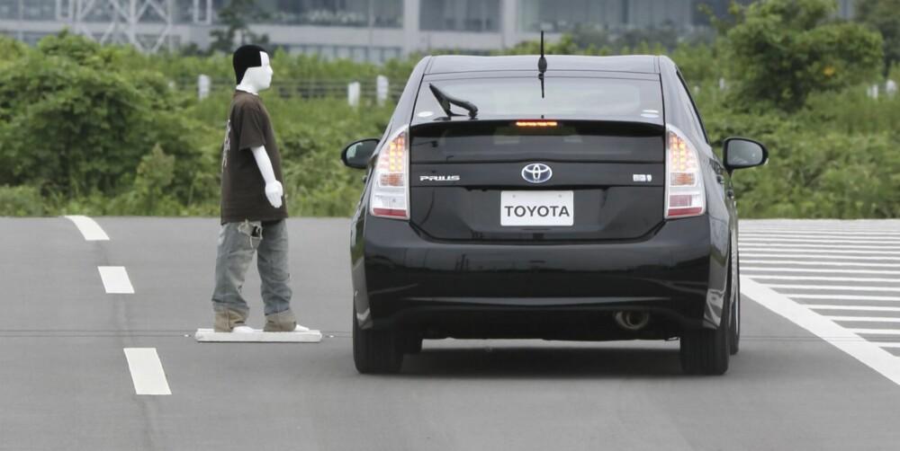 SVINGER UNNA: Dersom systemet avgjør at en ulykke ikke kan unngås av bremsing alene og det er plass til å unngå et sammenstøt, styrer bilen unna fotgjengeren.