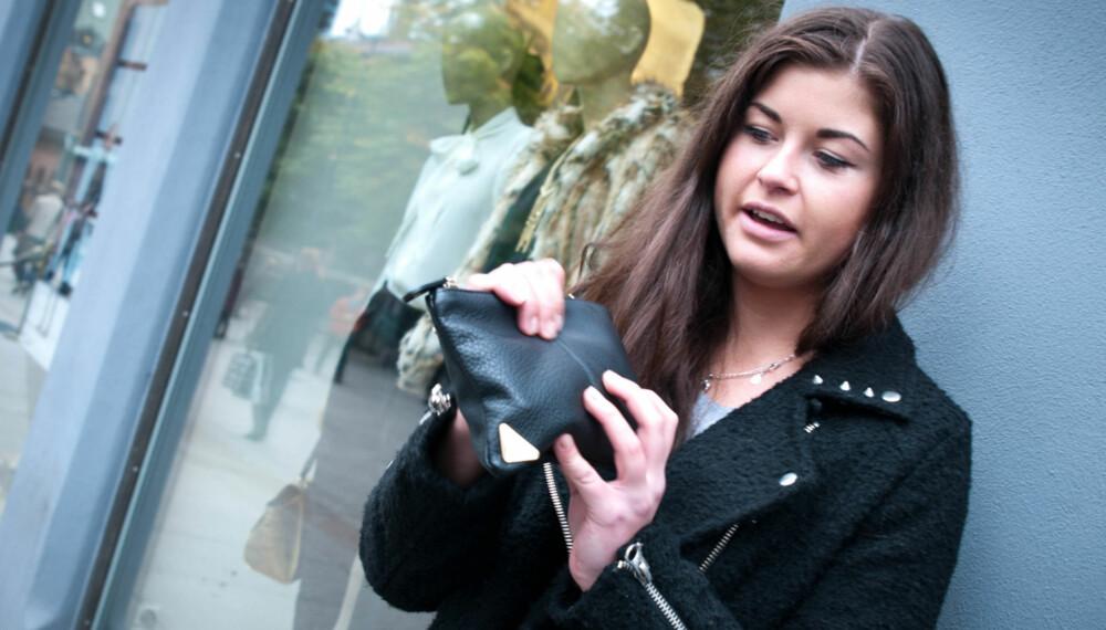 TAR FORHOLDSREGLER: Kari Mette Hole (22) har blitt frastjålet mobilen tre ganger. Alle tilfellene har telefonen blitt fisket opp fra en veske. Nå har hun byttet ut vesken med denne - som hun har kontroll på hele tiden.