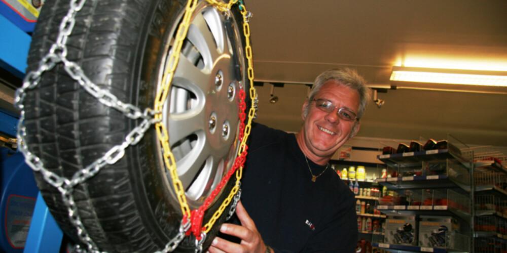 FERDIG MONTERT: - Det er helt riktig at hurtigkjetting krever litt øvelse. Derfor har vi et hjul ferdig montert til illustrasjon i butikken, forteller Odd Rønold hod BilXtra (Røn-Rek as) på Jessheim.