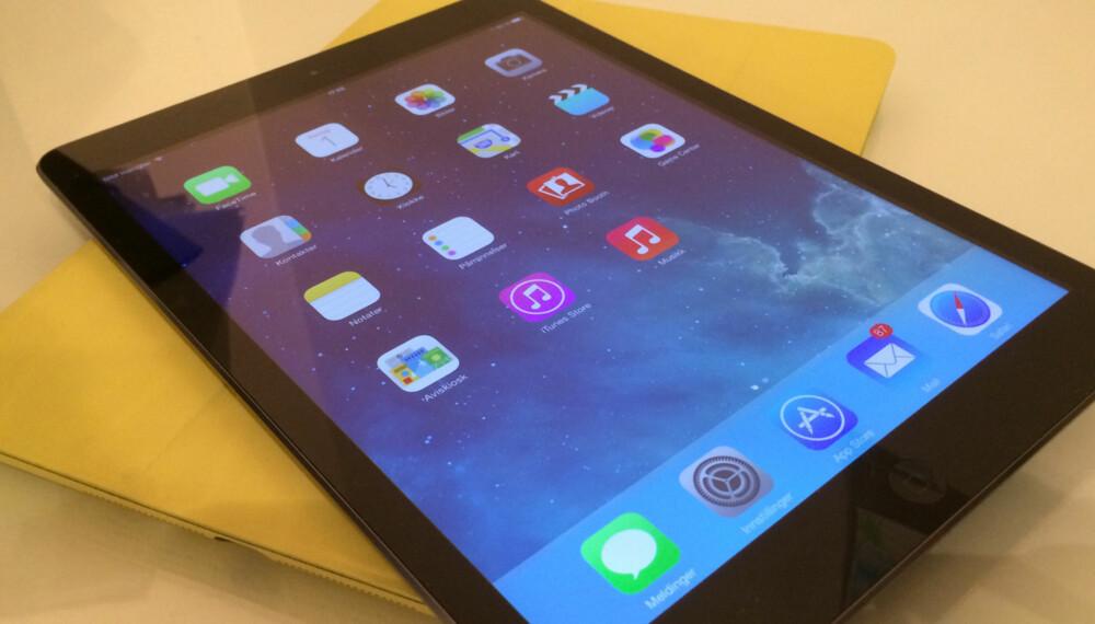 PÅ TEST: Klikk Teknologi har akkurat fått inn iPad Air til test. Her ser du iPad Air på toppen av et gul iPad Air Smartcase som beskytter både baksiden og skjermen på iPad-en.