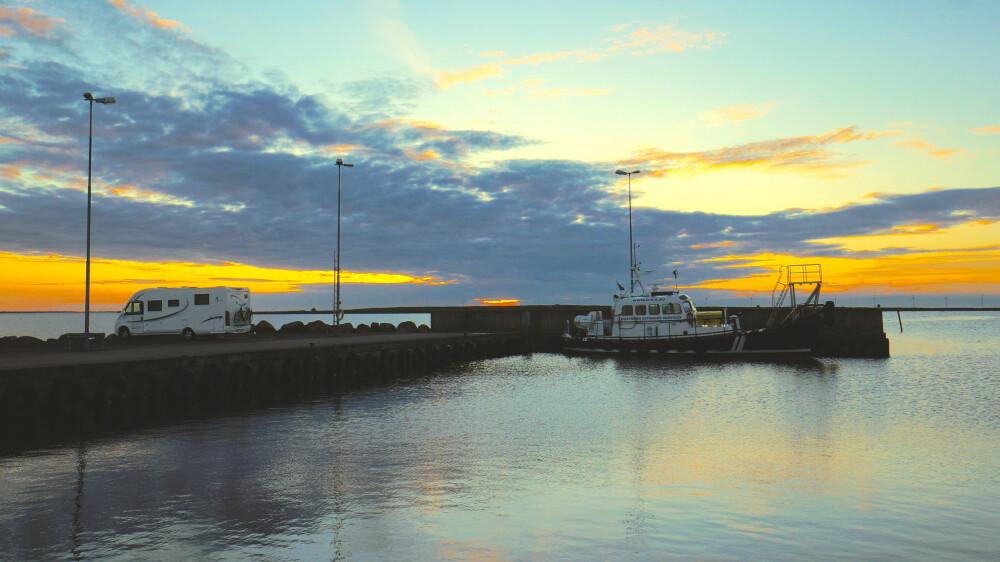 VAKKERT: Ytterst på kaia i Kårehamn i solnedgang.