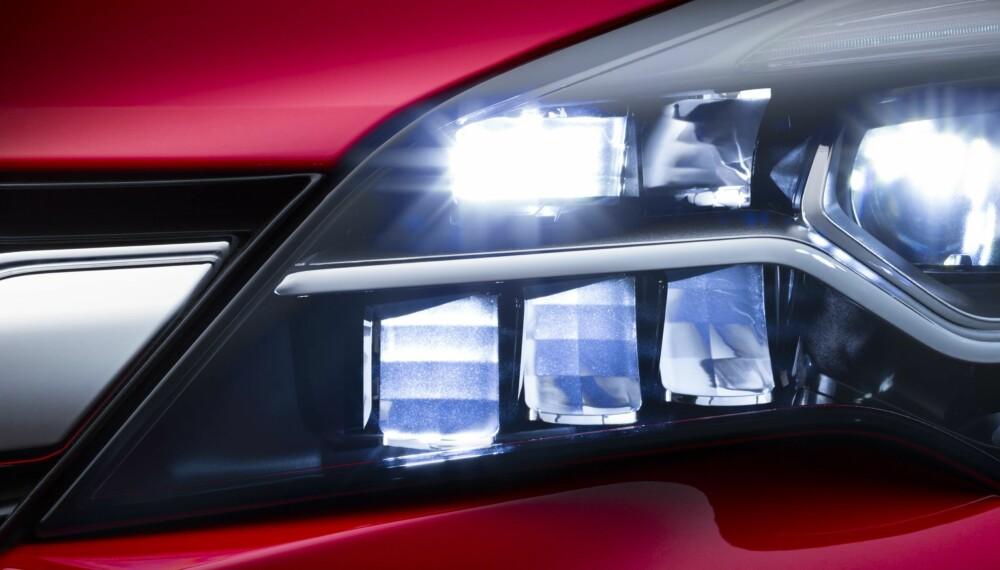 LED-LYS: Frontkamera overvåker trafikksituasjoner samt nære og møtende objekter og de 16 LED-elementene slår seg av og på enkeltvis i forhold til rundtliggende objekter